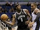 Andray Blatche (vlevo) z Brooklynu překonává obranu Glena Davise z Orlanda.