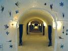 Ledový hotel v Jukkasjärvi ve švédském Laponsku, chodba  s pokoji