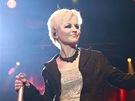 Zp�va�ka Dolores O'Riordanov� na pra�sk�m koncertu Cranberries.