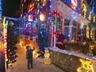 Dvanáct řadových domů je až po střechu ozdobeno vánočními figurkami, sněhuláky...