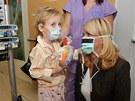 Vendula Svobodová a malý pacient z pražské motolské nemocnice