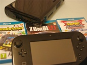 V pozadí konzole Wii U, v popředí tablet. Dominantou obalů od her je modrá...
