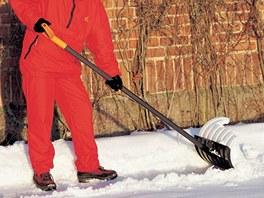 Lopata kanadského typu sníh rovnou odhazuje.