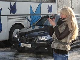 Vedle autobusu stálo přistavené BMW s řidičem, do kterého Vít Bárta nasedl...