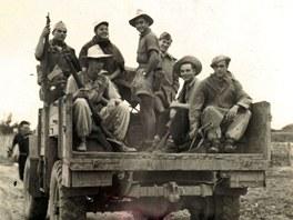 Čechoslováci z cizinecké legie přijíždějí z bojiště. Druhý zprava sedí