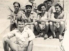 Skupinka Čechů a Slováků se fotí při chvilce volna v Indočíně (1950).