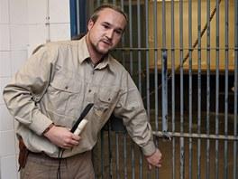 Kurátor chovu primátů Vít Lukáš popisuje, jak s Kambou u této mříže trénují...