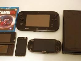 Porovnání velikostí: nahoře obal od hry ZombiU a Wii U tablet. Zleva přenosná...