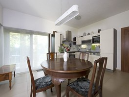 Kuchyň je umístěná v rohu záměrně, neměla by rušit a odvádět pozornost od