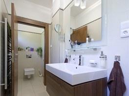 Neutrální odstíny najdete i v koupelně.