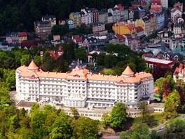 Pohled na lázeňské území Karlových Varů s dominantou hotelu Imperial.