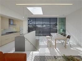 Schodiště do patra bezpečně osvětluje i střešní světlík.