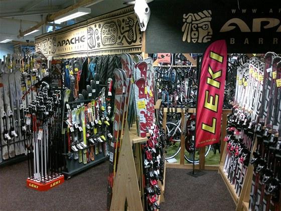 Široká nabídka sjezdových a běžeckých lyží