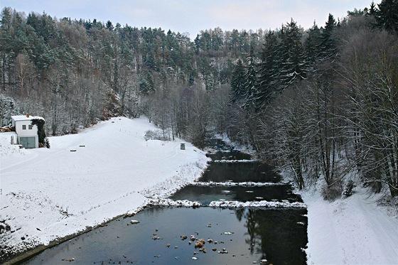 Řeka Chrudimka vytékající zKřižanovické přehrady