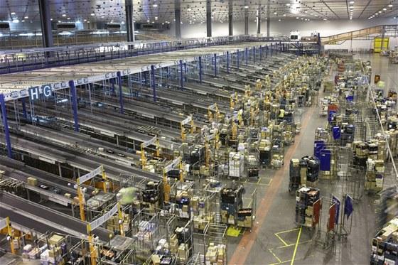 Čárové kódy jsou klíčové pro koordinaci milionů zásilek a balíčků (zde zázemí