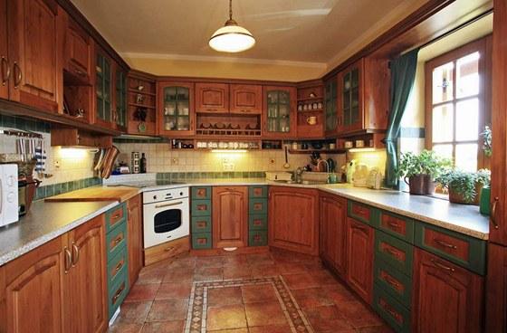 Téměř všechen nábytek v domě, včetně kuchyňské linky, vyrobil truhlář na míru z