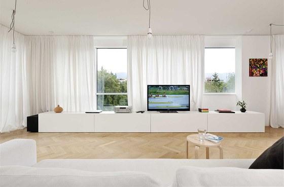 Prostoru dominují jednoduché bílé závěsy z harasu, směsi hedvábí a lnu.