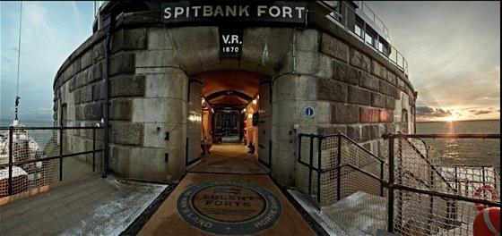 Vstup do pevnosti Spitbank Fort, která byla postavena v roce 1870. Zkratka V.R....