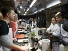 Šéfkuchař Radim Gerlich na začátku kurzu seznamuje se surovinami a základními