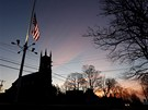 Americká vlajka visí v centru Newtownu na půl žerdi (16. prosince 2012)