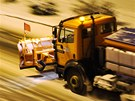 Husté sněžení komplikovalo v neděli večer dopravu v Hradci Králové. (9.