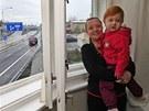 Petra Vaská s dcerkou Patricií u okna s výhledem na nový dálniční přivaděč.
