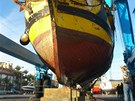 Ztroskotanou korzárskou plachetnici La Grace opravují ve španělském přístavu