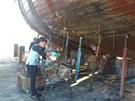 Opravy plachetnice La Grace ve španělském přístavu Sotogrande.