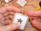 Vybraným motivem z balicího papíru polepte z obou stran  kartonovou kartičku.