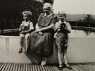 Václav Havel s bratrem Ivanem a babičkou Josefou Vavrečkovou u bazénu v