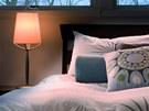 Do ložnice patří teplé světlo, nejlépe žárovek.