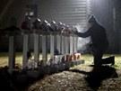 Lidé v Newtownu neustále vzpomínají na oběti pátečního masakru.