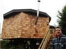 Chris Whalley se při stavbě netradičního luxusního obydlí pěkně zapotil....