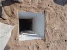 Do krytu se vchází po žebříku úzkým tunelem. Dvířka lze otevřít pouze zevnitř.