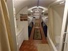 Podzemní úkryt je vybavený vším potřebným. Koupelna nabízí sprchový kout,