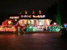 Podník láká hosty na blikající světýlka, zářící Santové a postavy ledních...