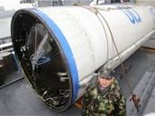Palivová nádrž ze severokorejské rakety Unha-3, kterou jihokorejští námořníci