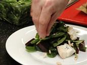 Se špenátem vyskládejte na talíř a posypejte oříšky.
