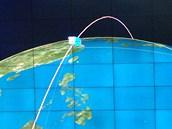 Plánovaná dráha severokorejské družice na monitoru Korejské centrální tiskové...