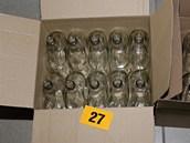 Zabavené lahve, do kterých se plnil jedovatý alkohol.