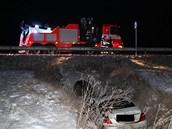 Mercedes letěl přes svodidla a dopadl do příkopu.