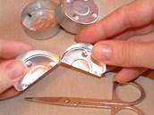 Prázdný čistý kalíšek rozstřihněte napůl, jen na jedné straně nechte vcelku...