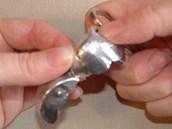 Zakulacená ouška nůžek použijte k vytvarování křidélek do pěkného zakulaceného...