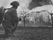 Britsk� voj�k p�i v�cviku s�plamenometem Portable No.2