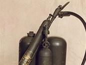 Plamenomet M1 s typick�m v�lcov�m z�sobn�kem na vod�k