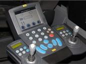 Přístrojová deska Boschungu. Odtud řidič ovládá a kontroluje funkci a polohu