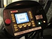 Přístrojová deska zametače-odfukovače Bucher. Odtud řidič ovládá a kontroluje