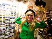 V obchodě najdete všechno možné - retro brýle, kabáty i háčkované dečky.