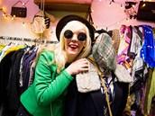 Rebecca Eastwood, majitelka obchodu s vintage zbožím, žije v Česku od roku 1993.