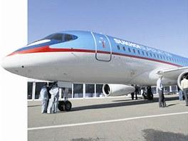 Moderní ruský letoun Suchoj Superjet 100, který teď získává nový lak v Mošnově.